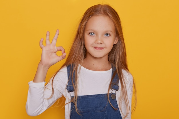 Sluit omhoog portret van jonge zeven jaar oud blondemeisje