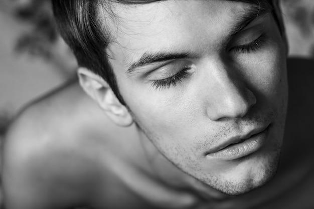 Sluit omhoog portret van mannelijk deel van gezicht. ogen dicht.
