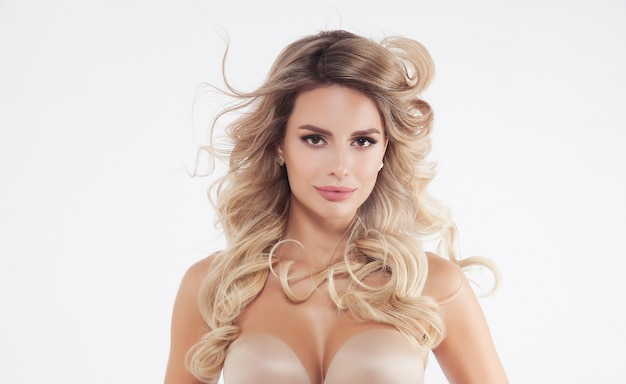 Sluit omhoog portret van mooi blondemodel dat op wit wordt geïsoleerd