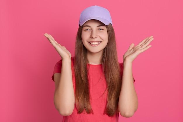 Sluit omhoog portret van mooie jonge kaukasische vrouw stelt binnen glimlachend