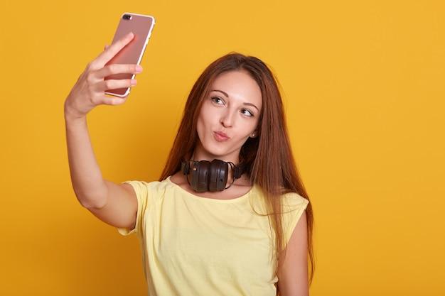 Sluit omhoog portret van mooie verbazende dame die selfie via telefoon maken