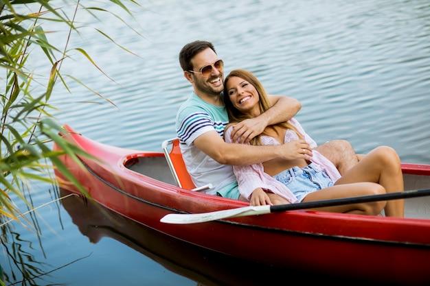 Sluit omhoog portret van romantisch paarroeien op het meer