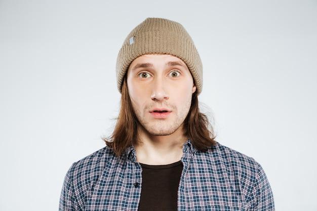 Sluit omhoog portret van verrast hipster