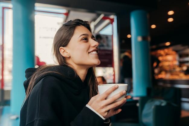 Sluit omhoog portret van vrij vrouwelijke het drinken koffie.