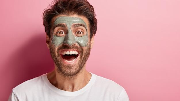 Sluit omhoog portret van vrolijk mannetje dat zijn schoonheidsroutine doet
