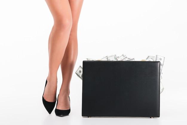 Sluit omhoog portret van vrouwelijke benen die hoge hielen het stellen dragen