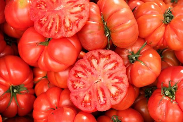 Sluit omhoog rijpe tomaten bij lokale markt in zuidelijk spanje Premium Foto