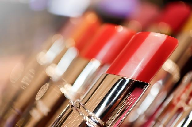 Sluit omhoog rode lippenstiftgroep met vaag. cosmetica make-up