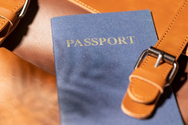 Sluit omhoog rugzak met paspoort
