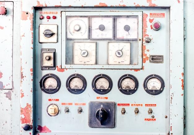 Sluit omhoog rustiek controlebord van oude machine, grunge voorwerp