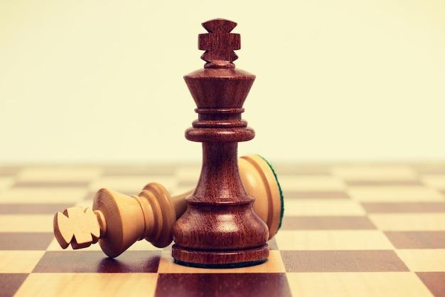Sluit omhoog schaakbord met zwarte en witte stukken