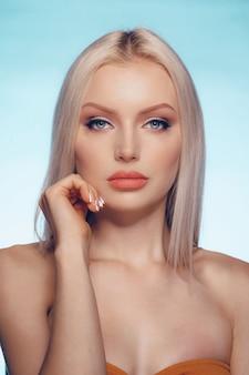 Sluit omhoog schoonheidsportret van een blondevrouw met perfecte huid en mollige lippen