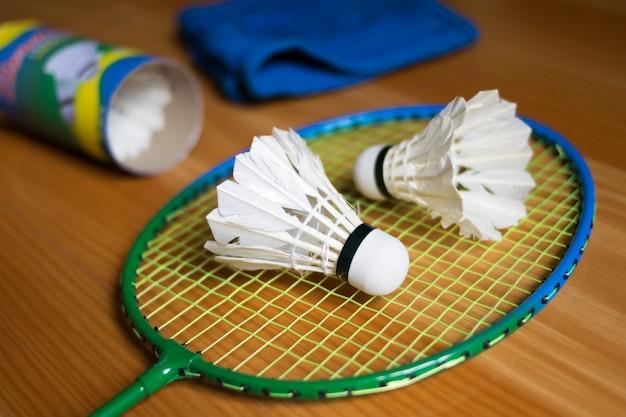 Sluit omhoog shuttles op racketbadmintons bij badmintonhoven