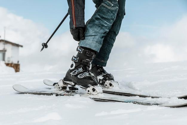 Sluit omhoog skiër die sport doet