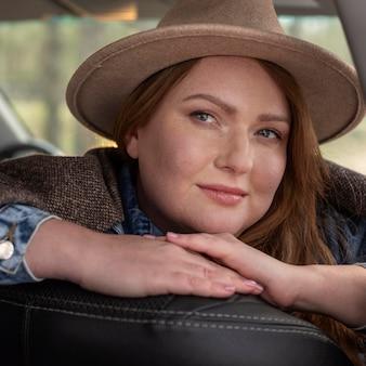 Sluit omhoog smileyvrouw die hoed draagt
