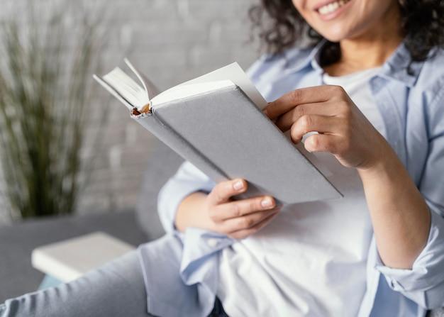 Sluit omhoog smileyvrouw met boek