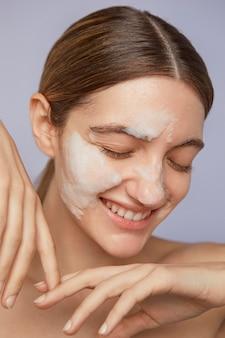 Sluit omhoog smileyvrouw met gezichtsmasker