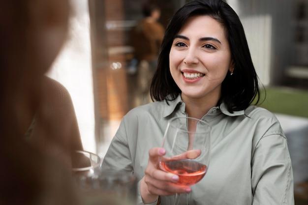 Sluit omhoog smileyvrouw met wijnglas