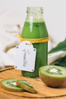 Sluit omhoog smoothie met kiwi