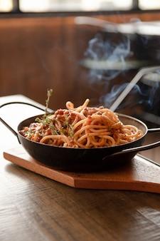 Sluit omhoog spaghettischotel