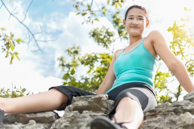 Sluit omhoog sportvrouw op de berg