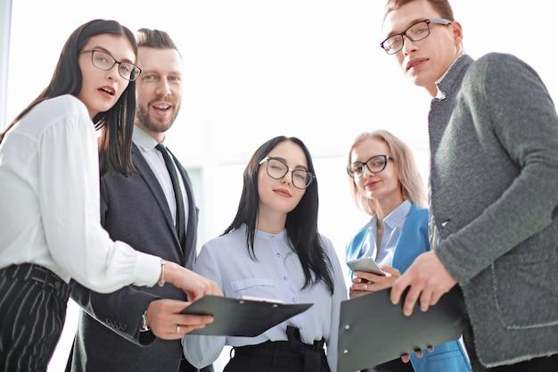 Sluit omhoog succesvol commercieel team met bedrijfsdocumenten