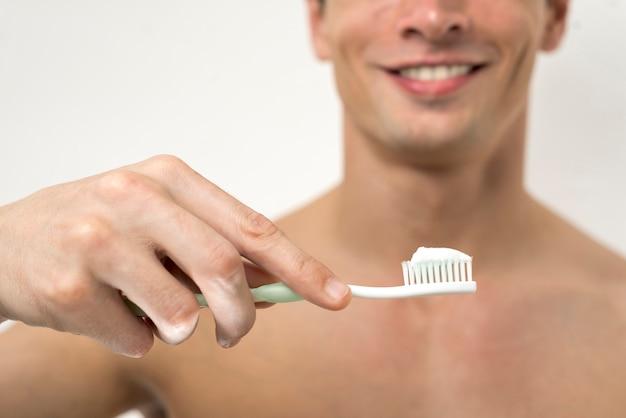 Sluit omhoog tandenborstel met tandpasta