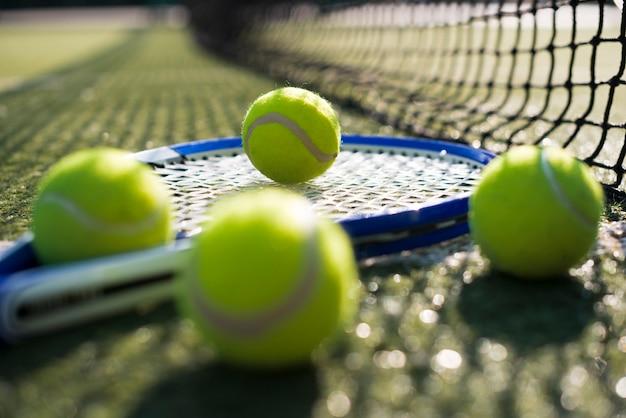 Sluit omhoog tennisraket en ballen