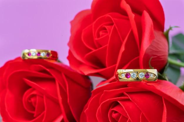 Sluit omhoog trouwring en rood nam toe. liefde concept Premium Foto