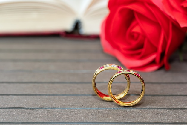 Sluit omhoog trouwring en rood nam toe. liefde concept