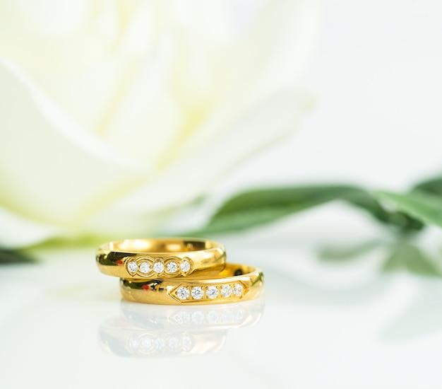 Sluit omhoog trouwring op wit