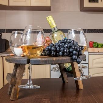Sluit omhoog uitschuifbaar houten dienblad van de houder van het wijnglas op vage keuken