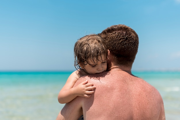 Sluit omhoog vader koesterend zijn zoon