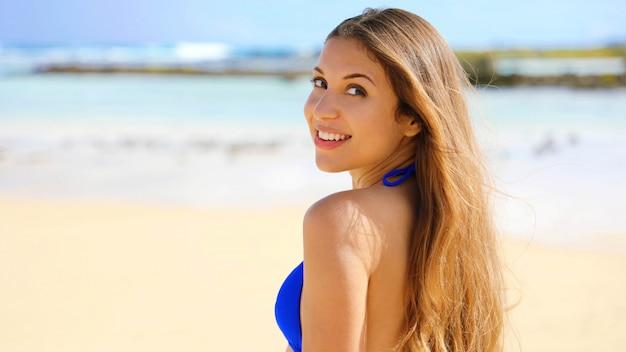 Sluit omhoog van aantrekkelijke vrouw die zich bij strand bevindt en ca bekijkt