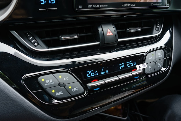 Sluit omhoog van airconditioner in auto, automobiel detail.
