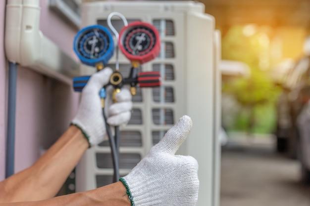Sluit omhoog van airconditioningsreparatie, hersteller op het bevestigende airconditioningssysteem van de vloer