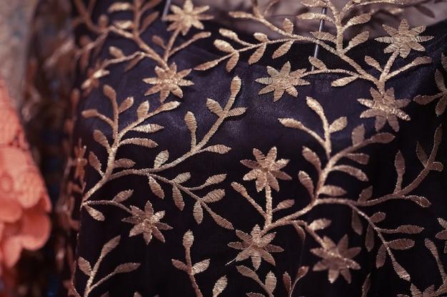 Sluit omhoog van ambachten geborduurde doek met traditioneel patroonontwerp