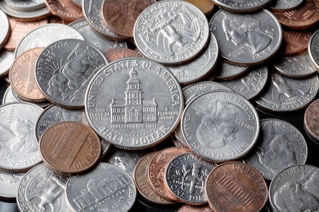 Sluit omhoog van amerikaanse amerikaanse dollarmuntstukken