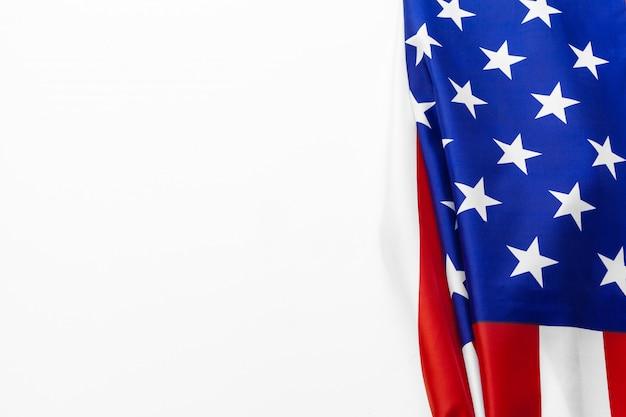 Sluit omhoog van amerikaanse vlag de vs op duidelijke achtergrond