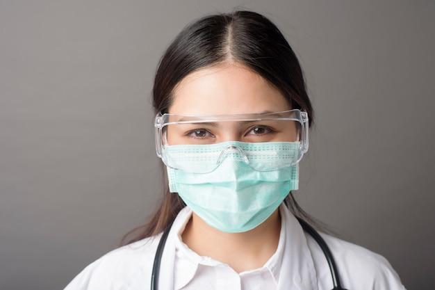 Sluit omhoog van artsengezicht met chirurgisch masker