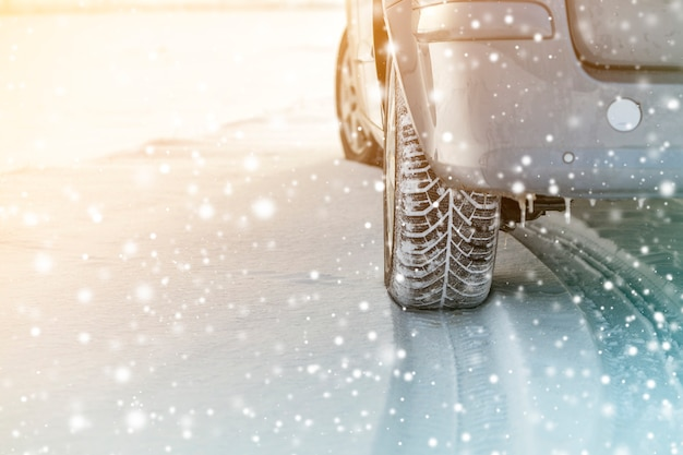 Sluit omhoog van auto rijdt rubberbanden in de diepe weg van de de wintersneeuw