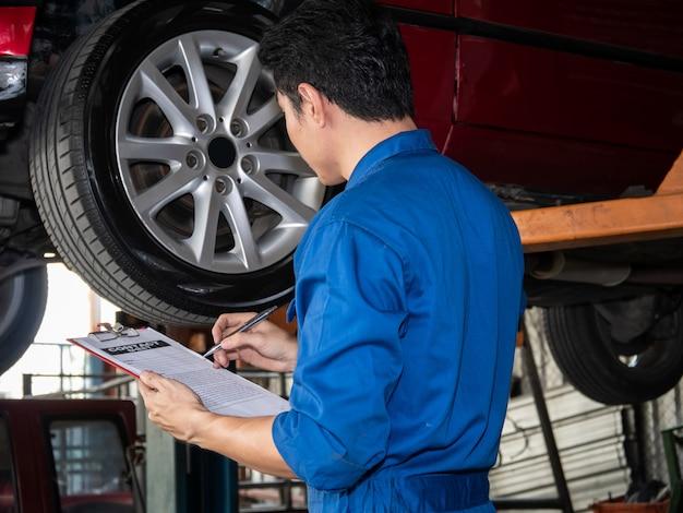 Sluit omhoog van automonteur in het document van het eenvormige holdingscontract.