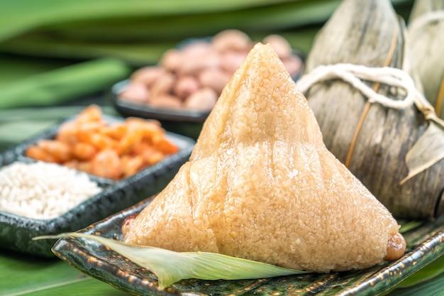Sluit omhoog van aziatische chinese eigengemaakte zongzi - het voedsel van de rijstbol voor dragon boat festival