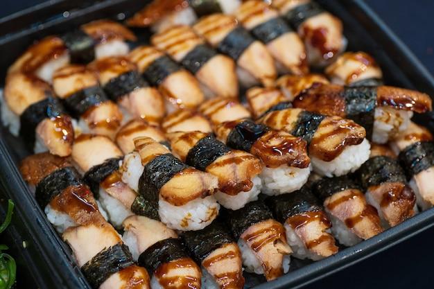 Sluit omhoog van aziatische sushi op plat, de markt van het de straatvoedsel van japan