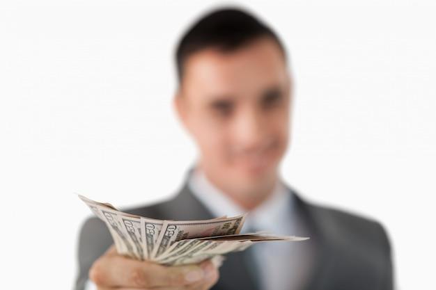 Sluit omhoog van bankbiljetten die door zakenman worden gehouden