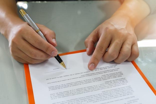 Sluit omhoog van bedrijfsmens die contract ondertekent dat een overeenkomst maakt