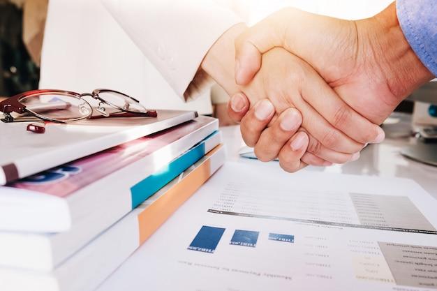 Sluit omhoog van bedrijfsmensen die handen schudden