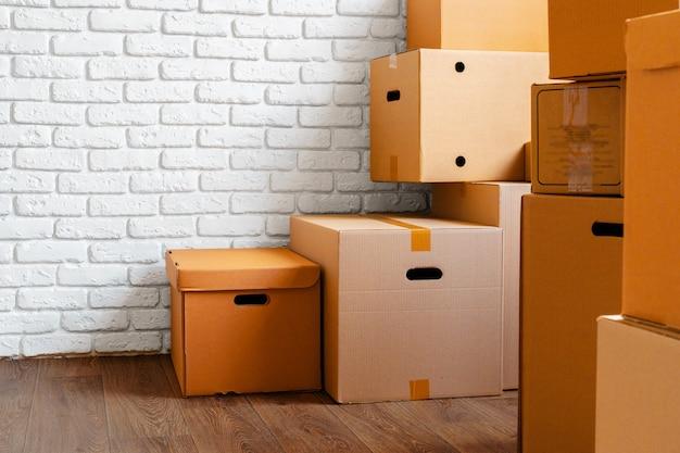 Sluit omhoog van bewegende kartondozen in een lege ruimte