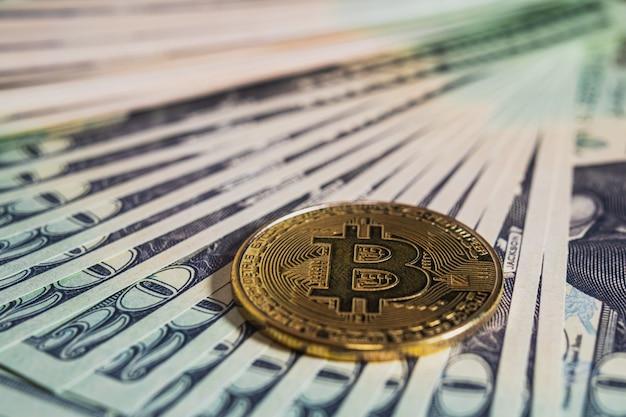 Sluit omhoog van bitcoin en bankbiljetten op de lijst