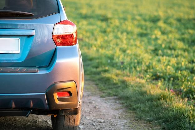Sluit omhoog van blauw van het wiel van de wegauto op onverharde weg. reizen met de auto, avontuur in de natuur, expeditie of extreme reizen met een suv-auto.